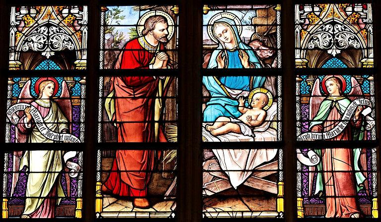 Kirchenfenster mit Maria, Josef und Jesus