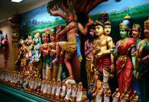 Götter im Hinduismus werden in intensiven Farben dargestellt.