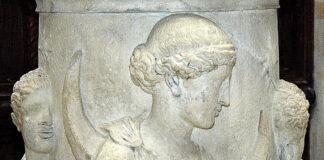 Die griechische Mondgöttin Selene mit Hesperos, dem Abendstern und Phosphoros, dem Morgenstern. Unter sich Okeanos, aus dem sie auftaucht. Louvre Paris