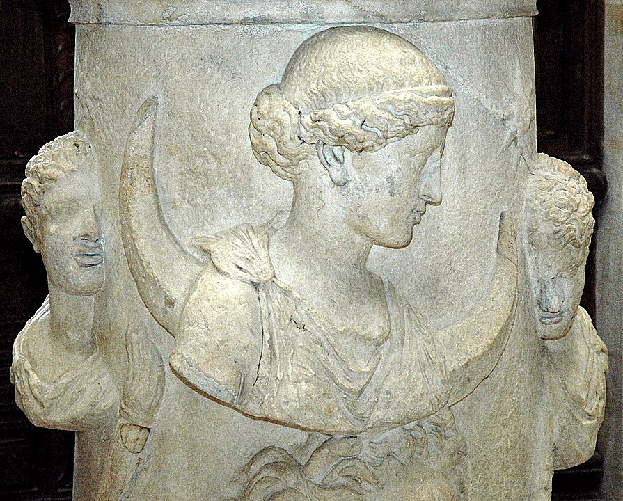 Die griechische Mondgöttin Selene mit Hesperos, dem Abendstern und Phosphoros, dem Morgenstern. Unter sich Okeanos, aus dem sie auftaucht.