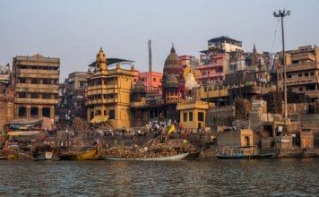 Trauerrituale in anderen Kulturen: Im Hinduismus werden die Toten den heiligen Flüssen übergeben.