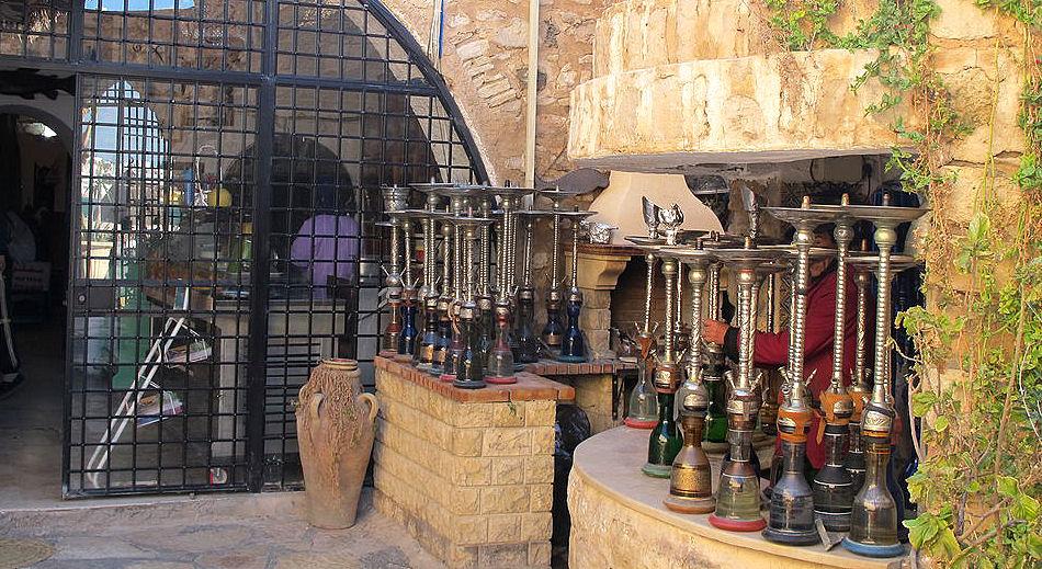 Die Spuren des mehr oder weniger rituellen gemeinsamen Rauchens führen in den Orient.