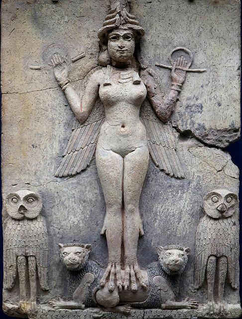 Die nackte Göttin Ishtar und ihre Tiere. In den Händen hält sie Schlangen.