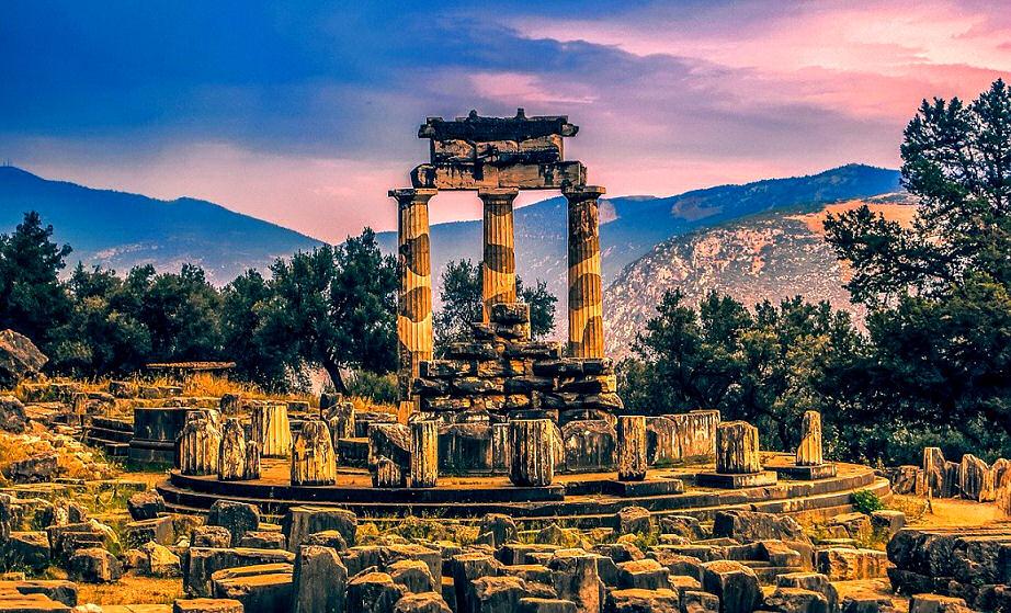 Einen Blick in die Zukunft werfen in der Antike: Das Orakel von Delphi, ca 150 km nw von Athen gelegen.