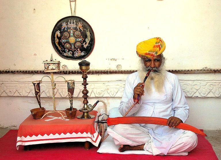 Sadhus verbinden sich mit dem Gott Shiva - dem Gott, der die festen Formen zerstört.