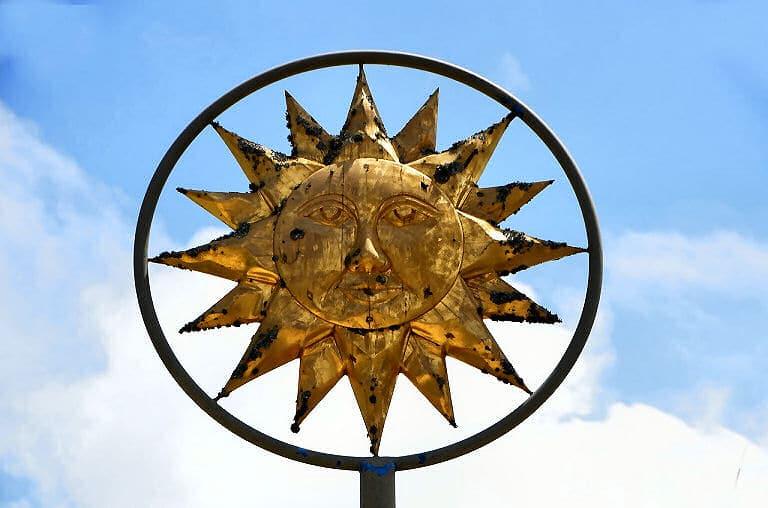 Die Sonne gilt in vielen Kulturen als ein oder gar das Symbol für einen Gott.