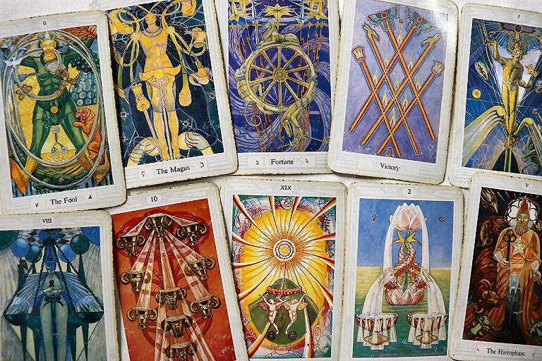 Tarot-Karten, wie hier einige Trumpf-, 2 Wasser- und eine Feuerkarte des Crowley-Tarot, sind gut für´s selbst Orakeln geeignet.