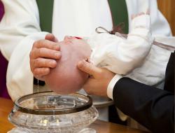 Die Taufe selbst - der Kopf des Kindes wird vom Priester mit Wasser benetzt