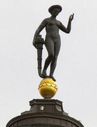 Fortuna mit Füllhorn - auf der Weltkugel stehend grüßt von Dächern Berlins