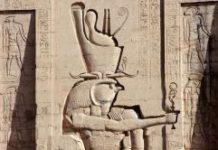 Statue in Edfu, die Horus mit der Doppelkrone aber auch als Sonnengott zeigt - klein in seiner rechten Hand