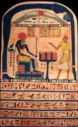 Auf der Stele sind die Hieroglyphen und auch ihre Anordnung im Bild gut zu erkennen.