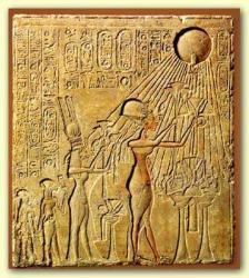 Echnaton und Nofretete empfangen die Strahlen von Aton