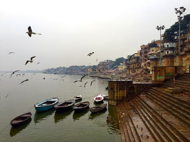 Einer der vielen Ghats am Fluss Ganges